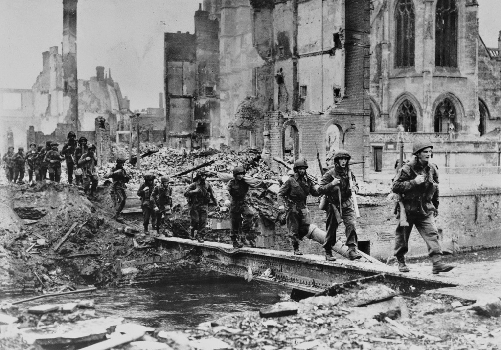 WWII Allied soldiers next to the Saint-Michel church in Pont l'Eveque (c) respective photographer