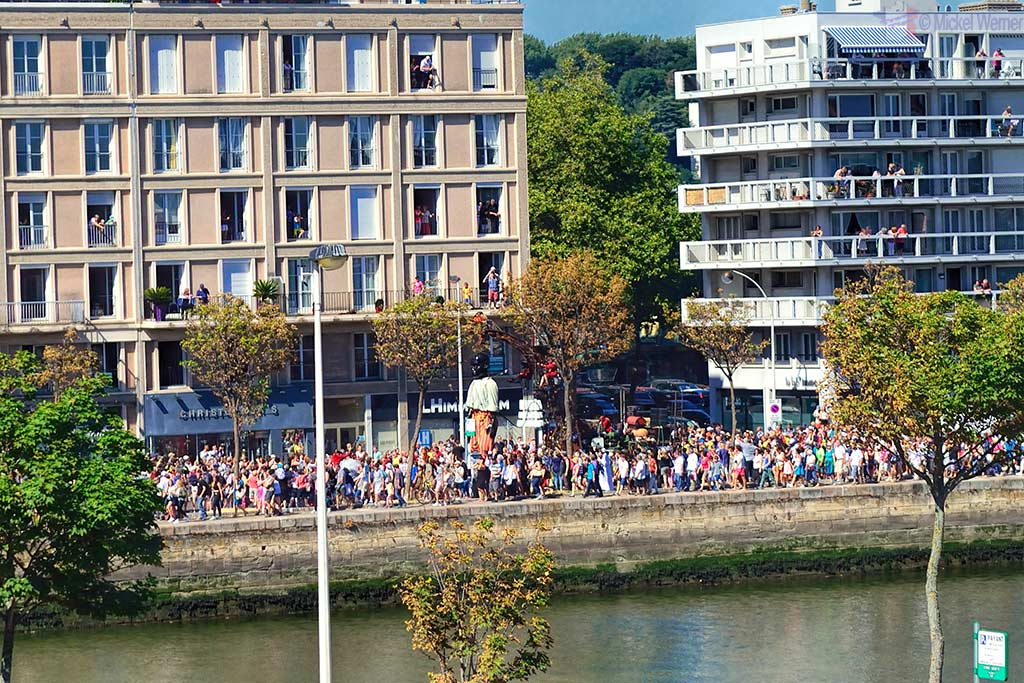 The boy giant arrives in Le Havre city centre
