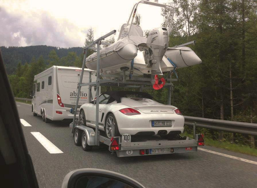 Camping-car puling a heavy trailer