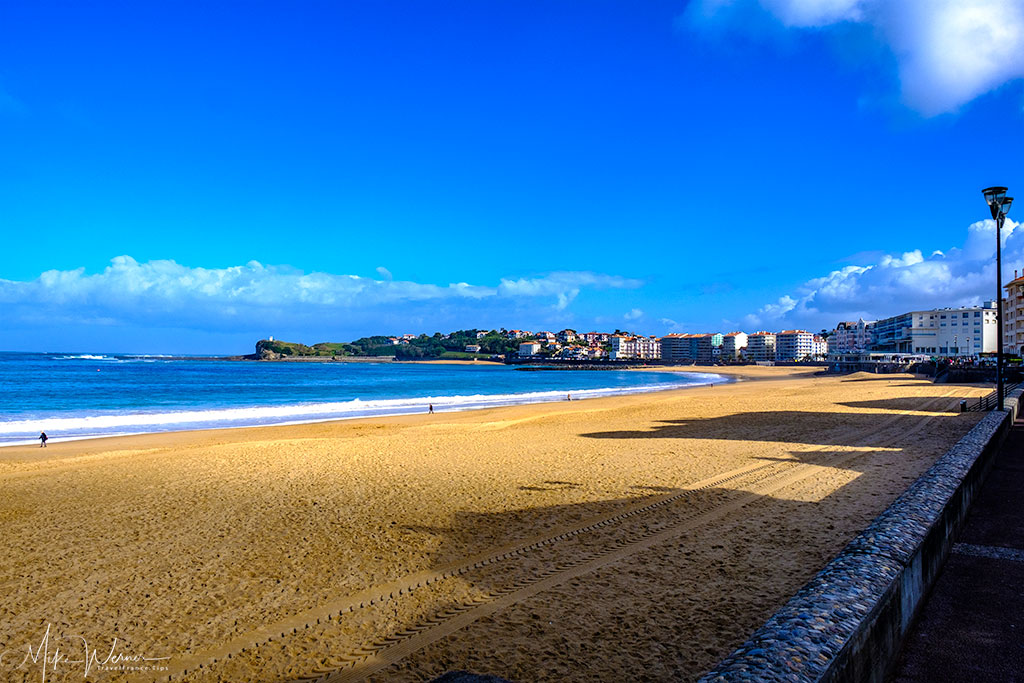 Long beach of Saint-Jean-de-Luz. On the outer side you can see the sea wall