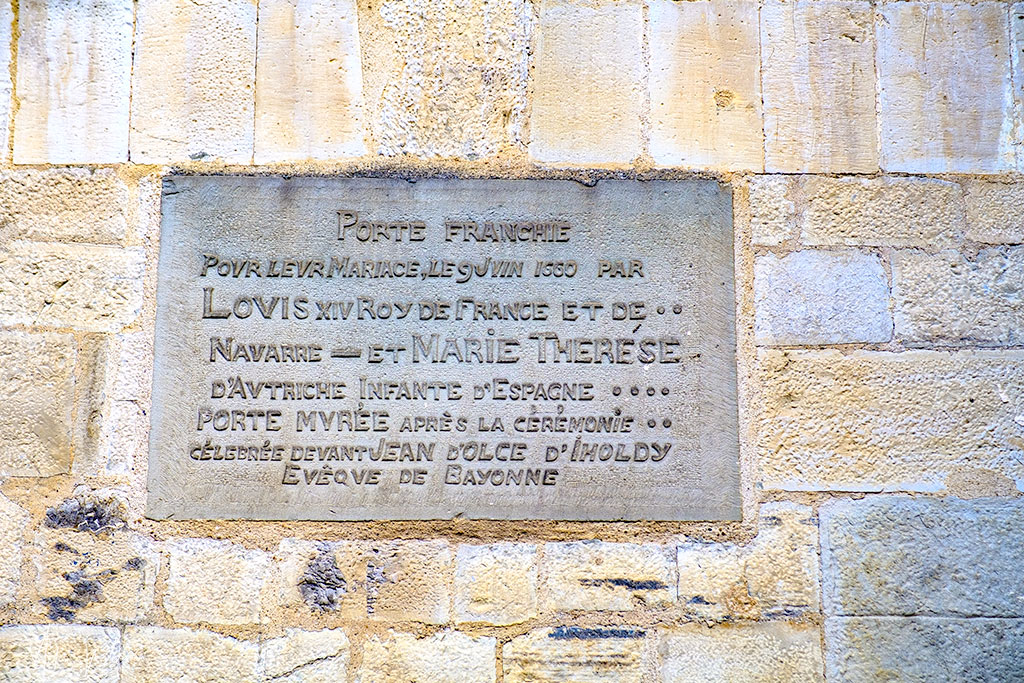 Door closed sign in the Saint-Jean-Baptiste church in Saint-jean-de-Luz