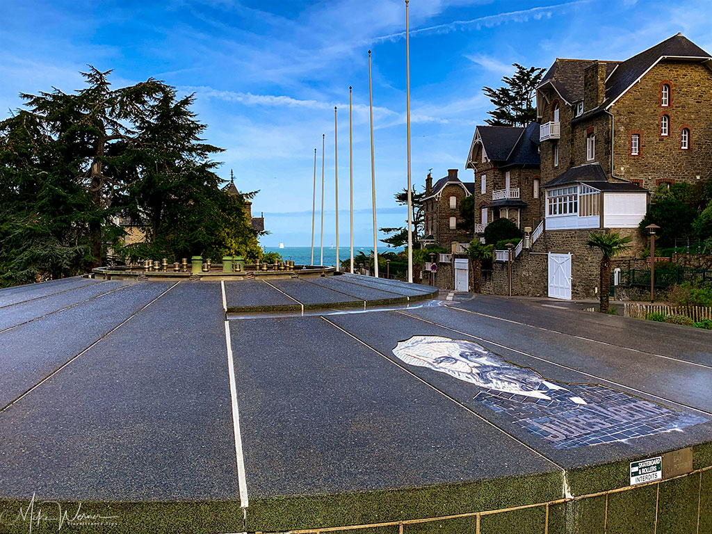 Popular at the time with artists, the square of the Saint-Enogat district (and beach)in Dinard
