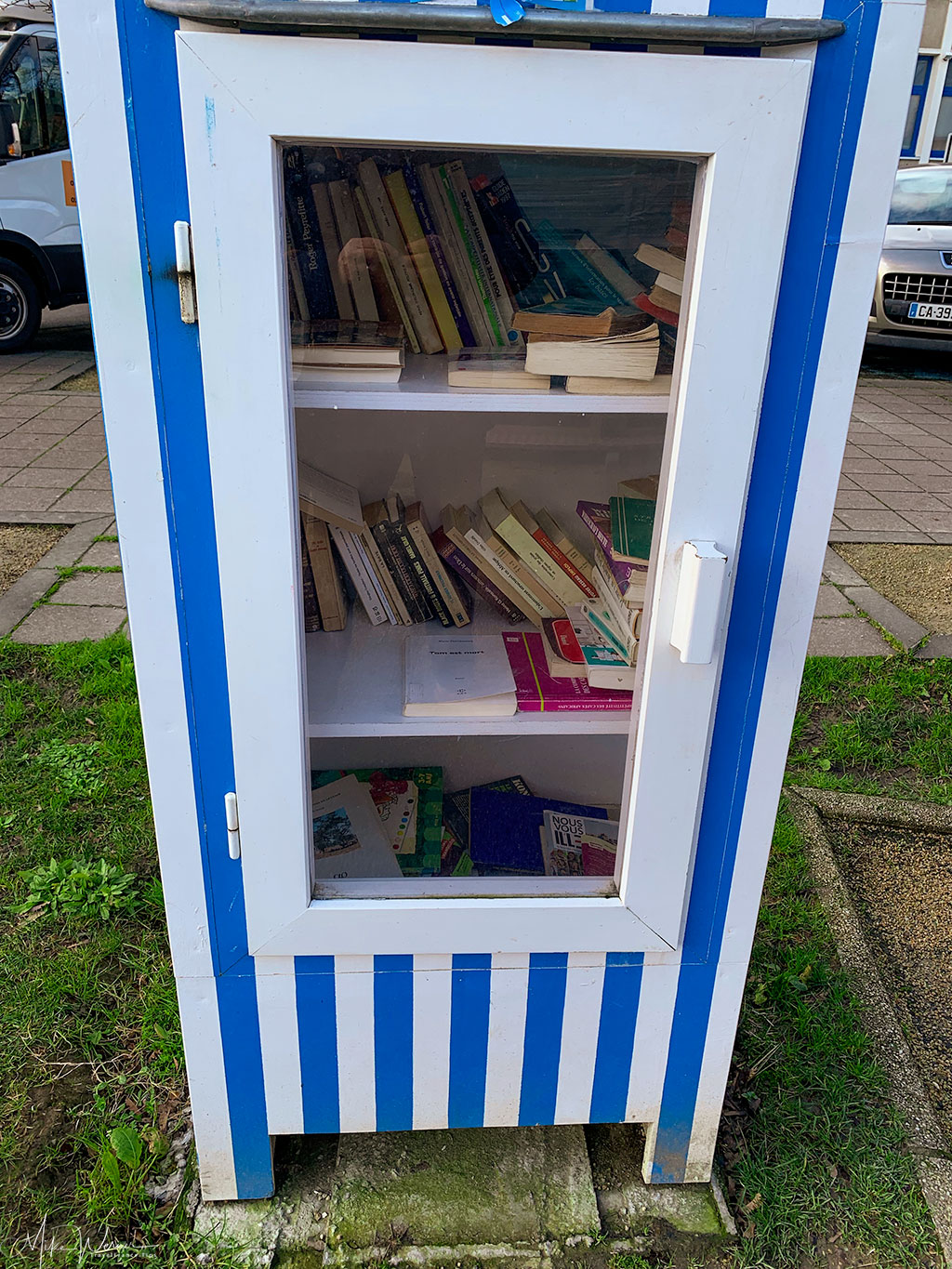 Books can be taken out for free (and hopefully new ones are put back) in Dinard