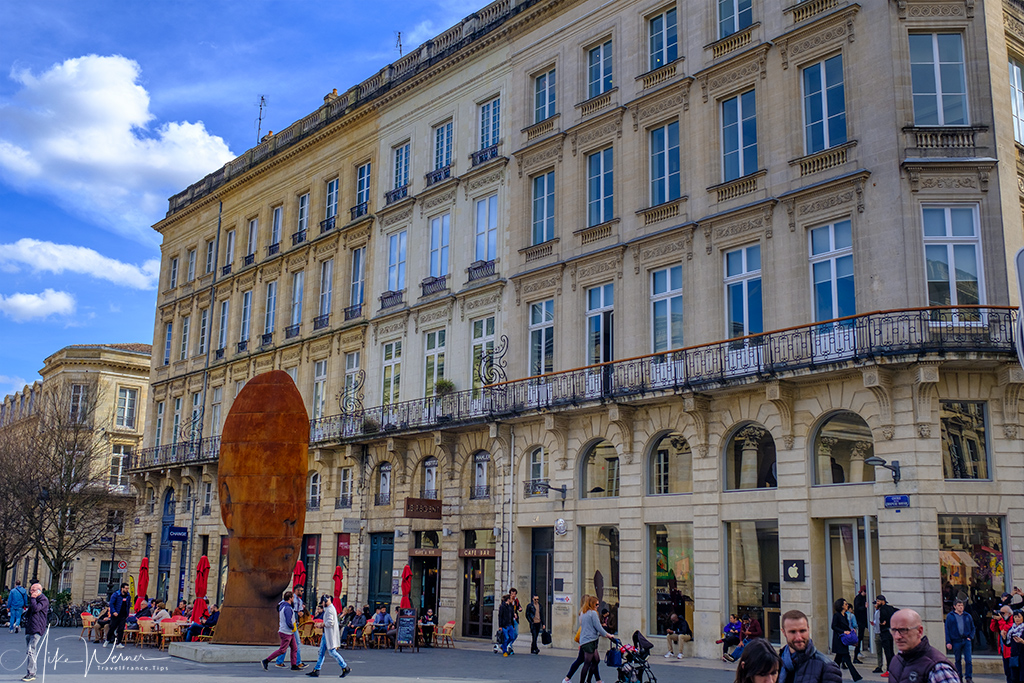 Shopping street and it buildings (and statue) in Bordeaux