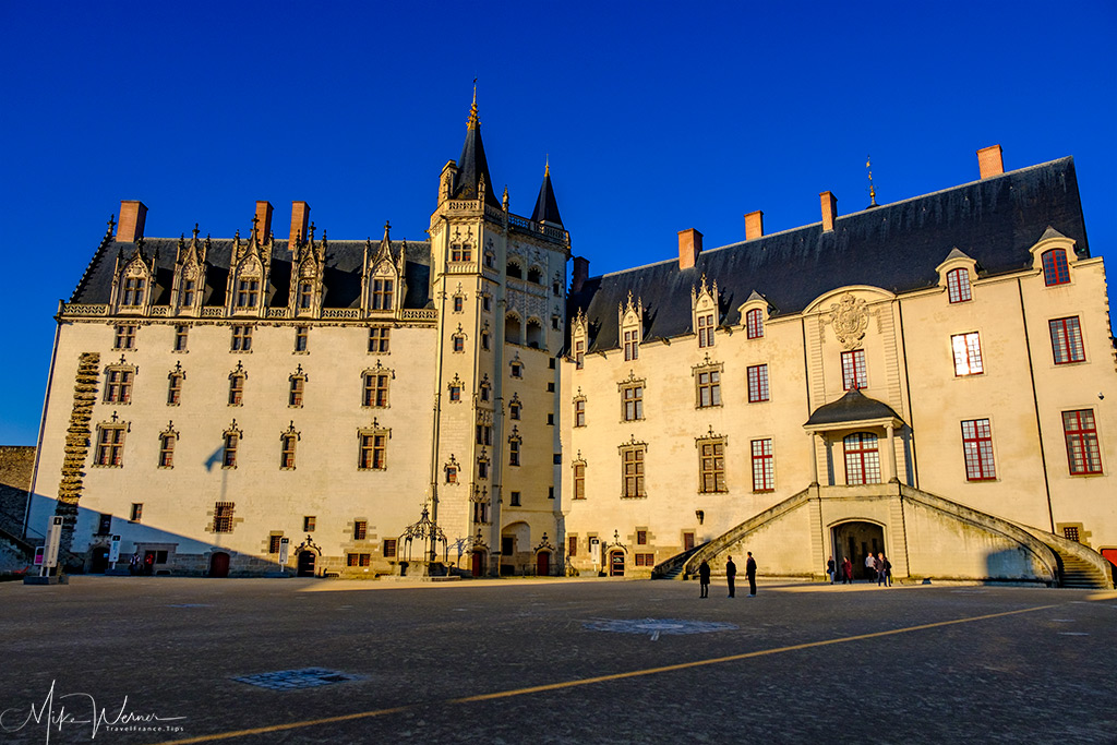 Left is the 'Grand Logis', the tower is called 'La tour de la Couronne d'Or' and the right portion is the 'Big Government'