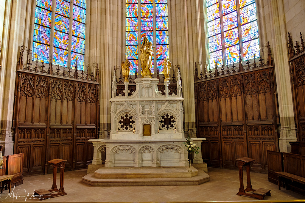 Chapel in the Nantes cathedral with big stained glass in the background