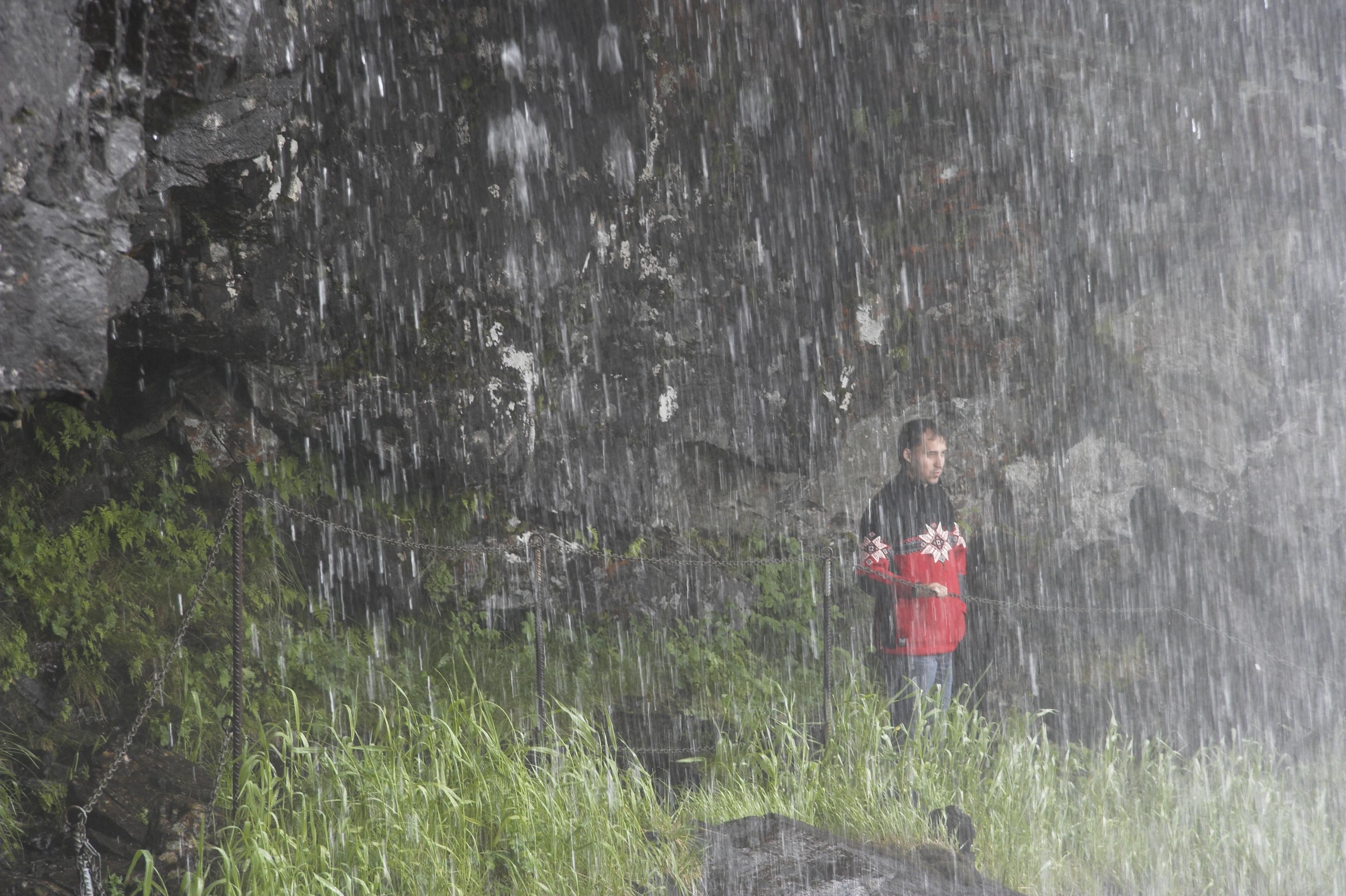 Запросто можно зайти под струи водопада