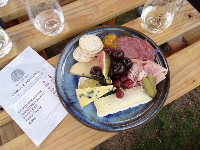 Kaasplankje-wet-Jacket-winery-queenstown-travelgloss.eu