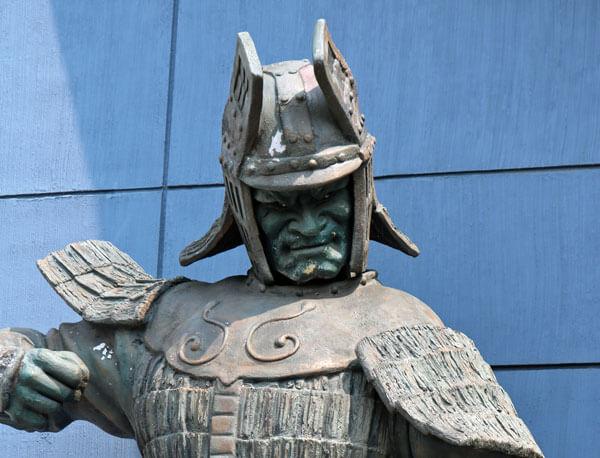 角川大映撮影所の入口に立つ大魔神と武神の像(調布)