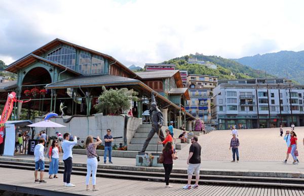 フレディマーキュリー像とマルシェ広場/モントルー(スイス)