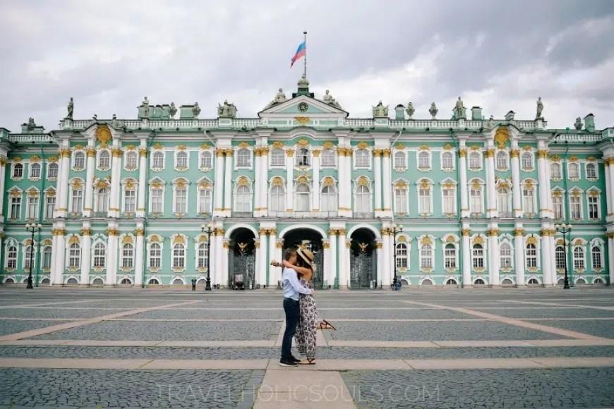 Coppia di fronte al palazzo d'inverno a San Pietroburgo