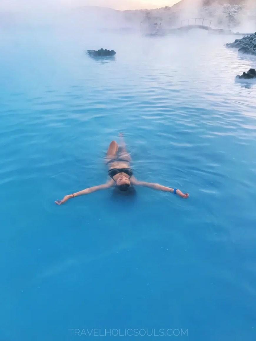 ragazza a galla nella blue lagoon