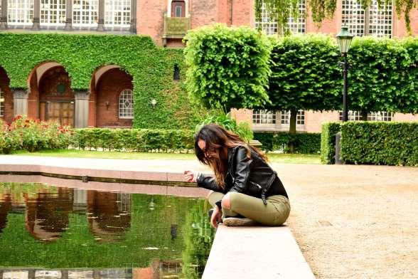 ragazza fuori dalla biblioteca reale a Copenaghen