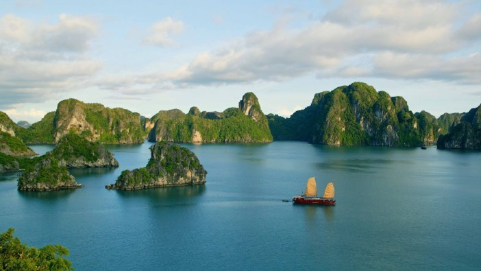 halong-bay-in-vietnam-island-wallpaper-3840x2160