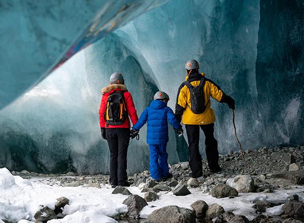 משפחה מסיירת במערת קרח קרחונית מדהימה