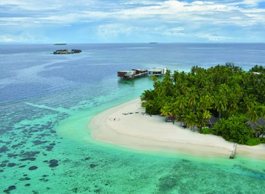 Secluded beach aerial view of Jumeirah Dhevanafush, Maldivesi