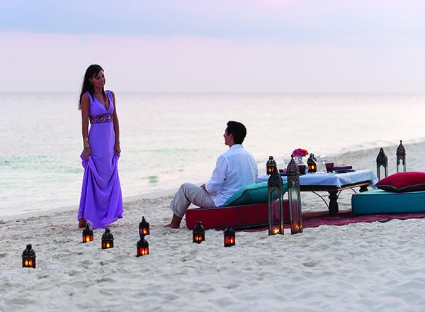 זוג מתבודד בחוף