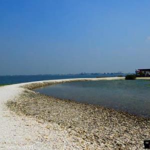 【屏東。東港】海中珍珠蚵殼島。蚵殼堆成的人造島。大鵬灣旅遊景點 - 輕旅行