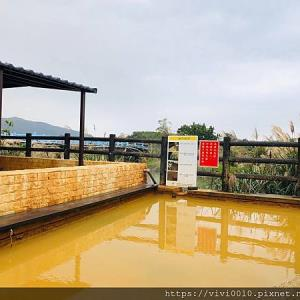 新北金山|免費泡湯景點!磺港社區公共浴室(黃金之湯):冷颼颼的天,暖呼呼的黃金湯溫泉最對味 - 輕旅行