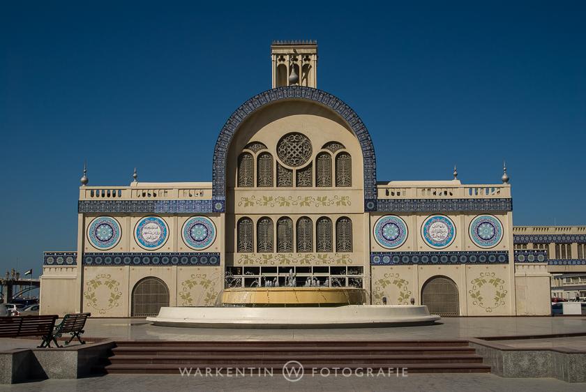 """Der """"Blue Souk"""", einer traditionellen Markthalle in Shardjah. Angeblich eines der meist fotografierten Gebäude der arabischen Welt."""