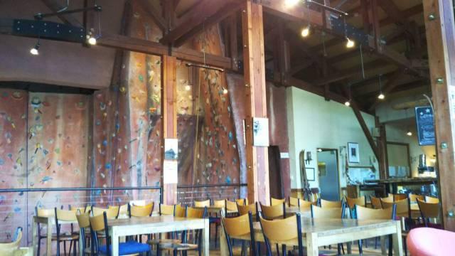 ジョジョズカフェにあるボルダリングスペース