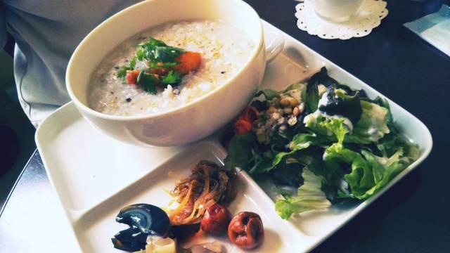 函館Cafe&Deliのお粥プレート!漬物、サラダと牛乳付き