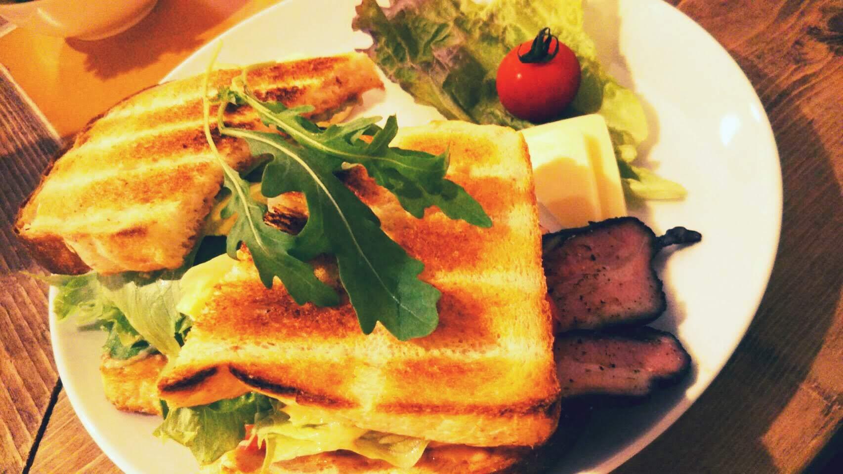 洞爺温泉街の山岳喫茶、自家製パンのサンドが美味しい!