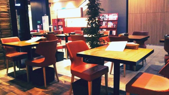 札幌赤れんがテラス、カフェYOSHIMIの店内