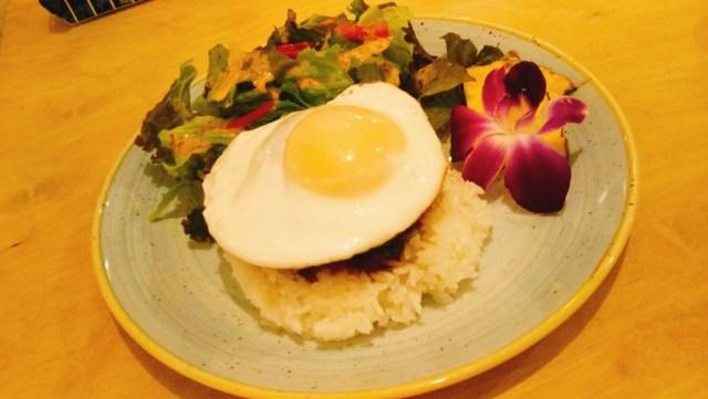 ハワイアンカフェLaniKau(ラニカウ)のロコモコプレート、ハンバーグの上に半熟玉子
