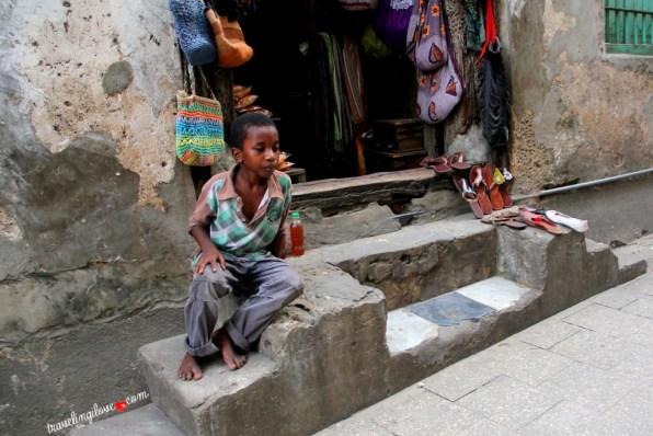 Mały chłopiec na kamiennych schodach
