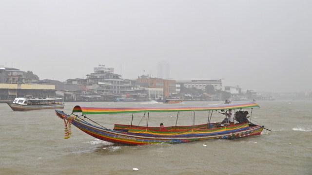 Rainy day Chaya Phraya River Bangkok @travelingintandem