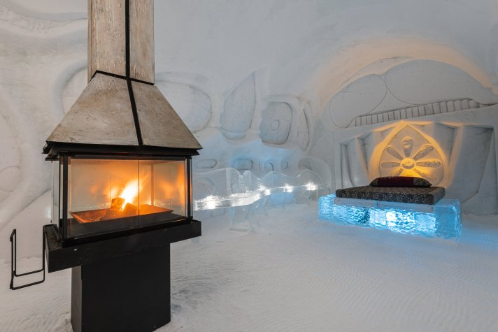 A room with a fire place at Hôtel de Glace (Ice Hotel) in Québec