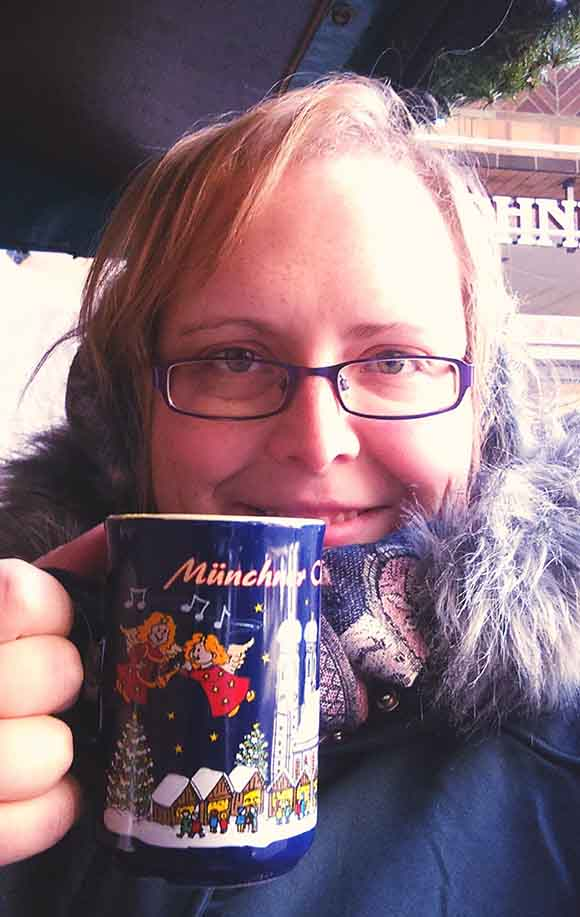 Drinking Gluhwein in Munich at the Christmas Markets 2016; from a travel blog by www.traveljunkiegirl.com