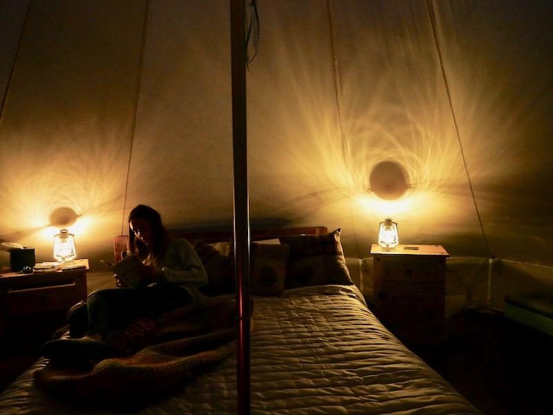 فتاة في خيمة