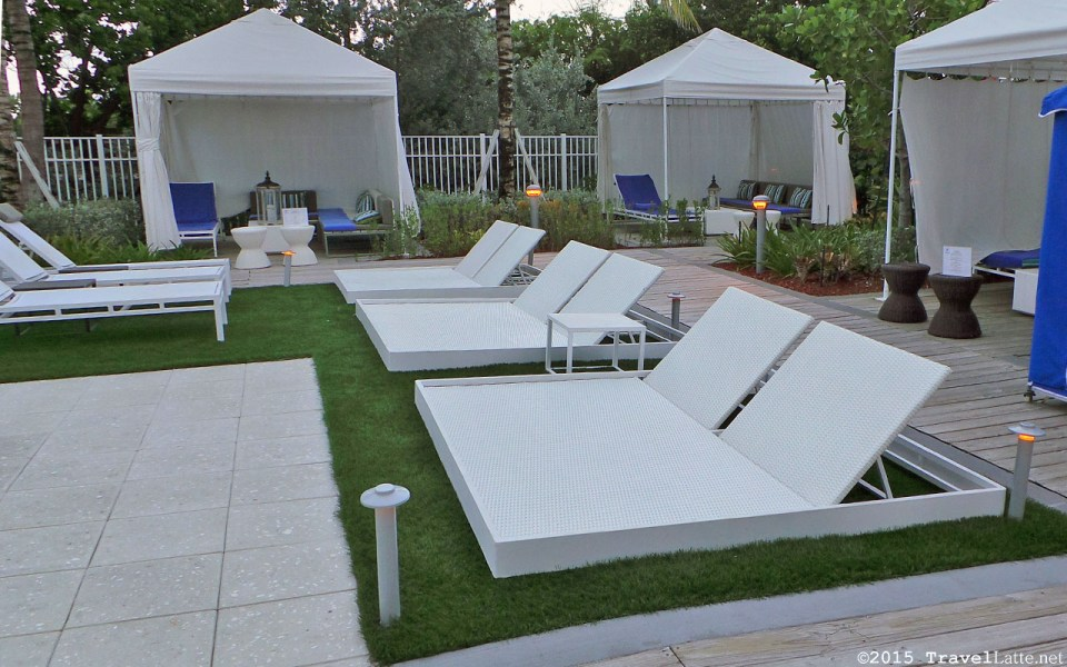 Photo: Chaise lounges at the Courtyard Cadillac Hotel