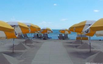 Photo: Courtyard Cadillac Hotel beach umbrellas