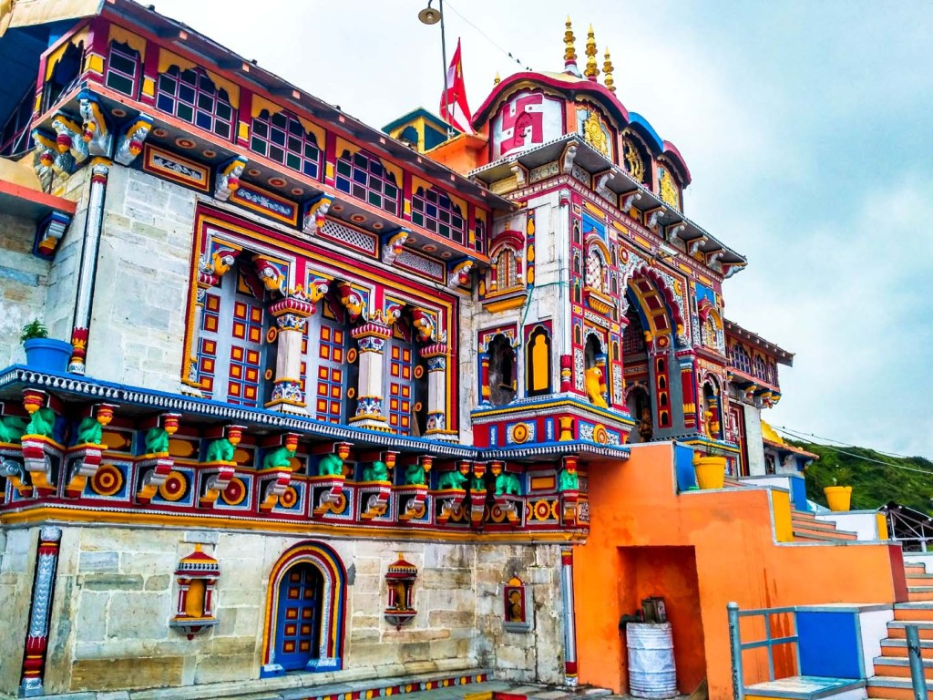 side_view_of_badrinath_temple