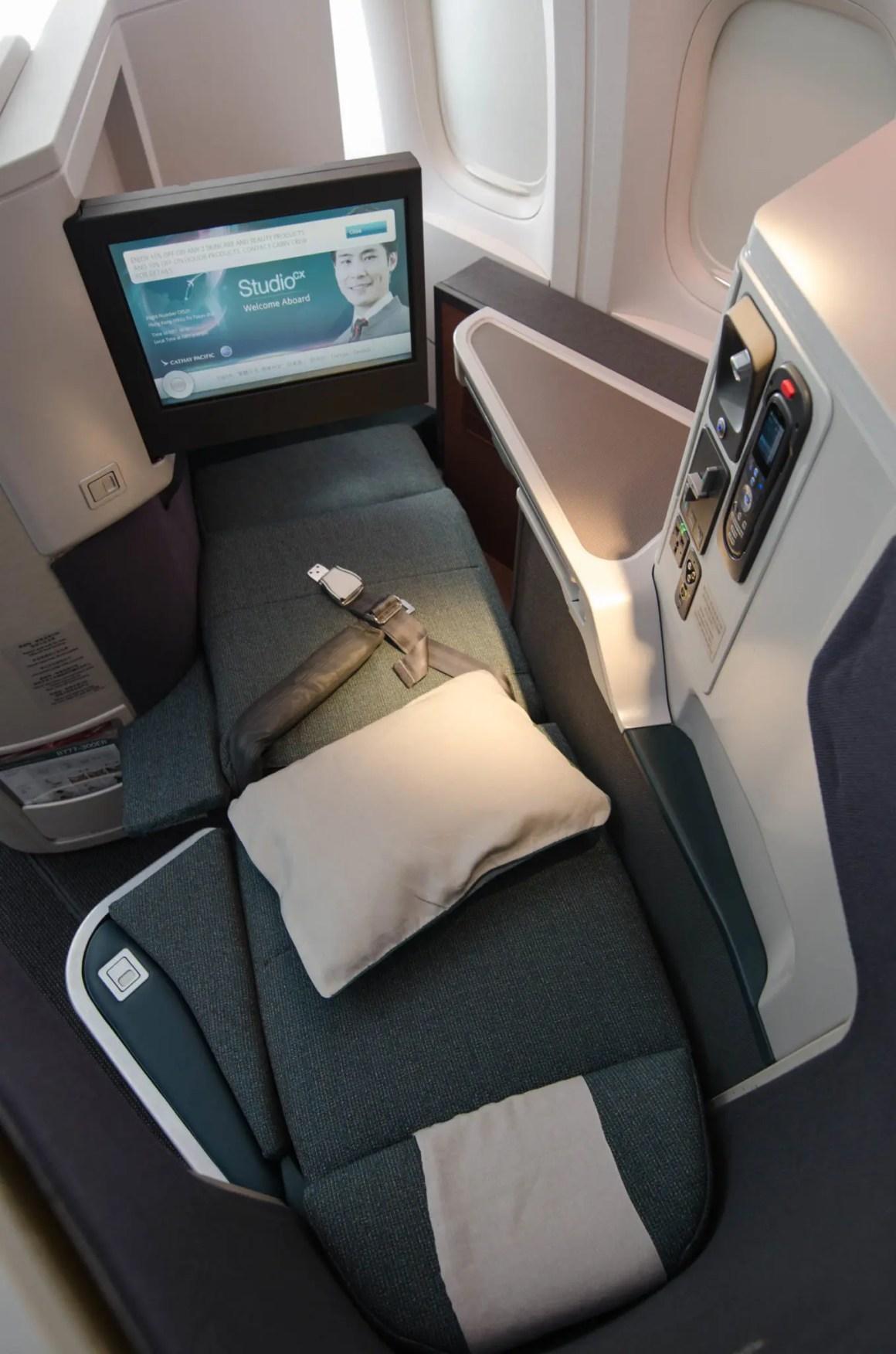 De stoelen in de Cathay Pacific Business Class bieden privacy dankzij de vorm van de schaal.