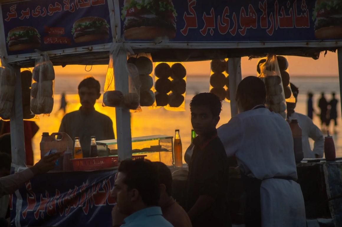 Zonsondergang en straatsnacks in Karachi