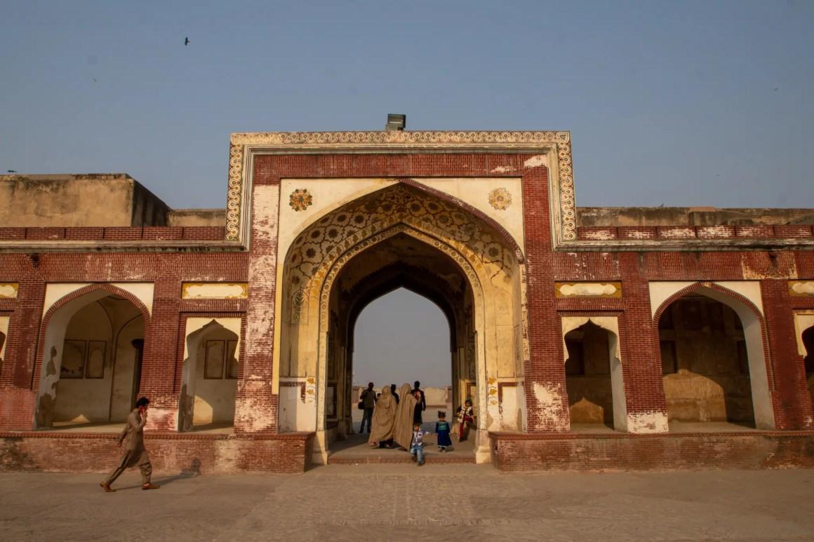 Ingang van de Badshahi-moskee in Lahore