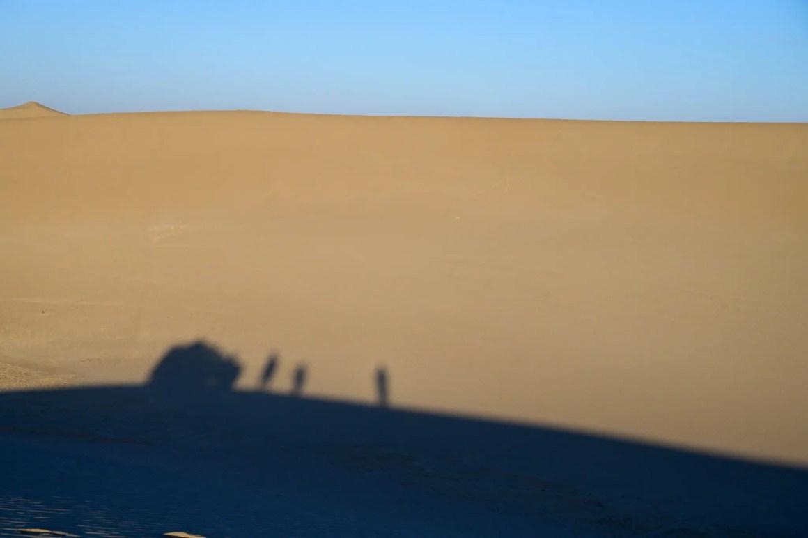 Schaduwen in de Varzaneh-woestijn in Iran