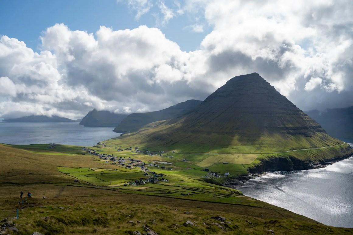 Uitzicht vanaf de boterbloemroutes op de Faeröer