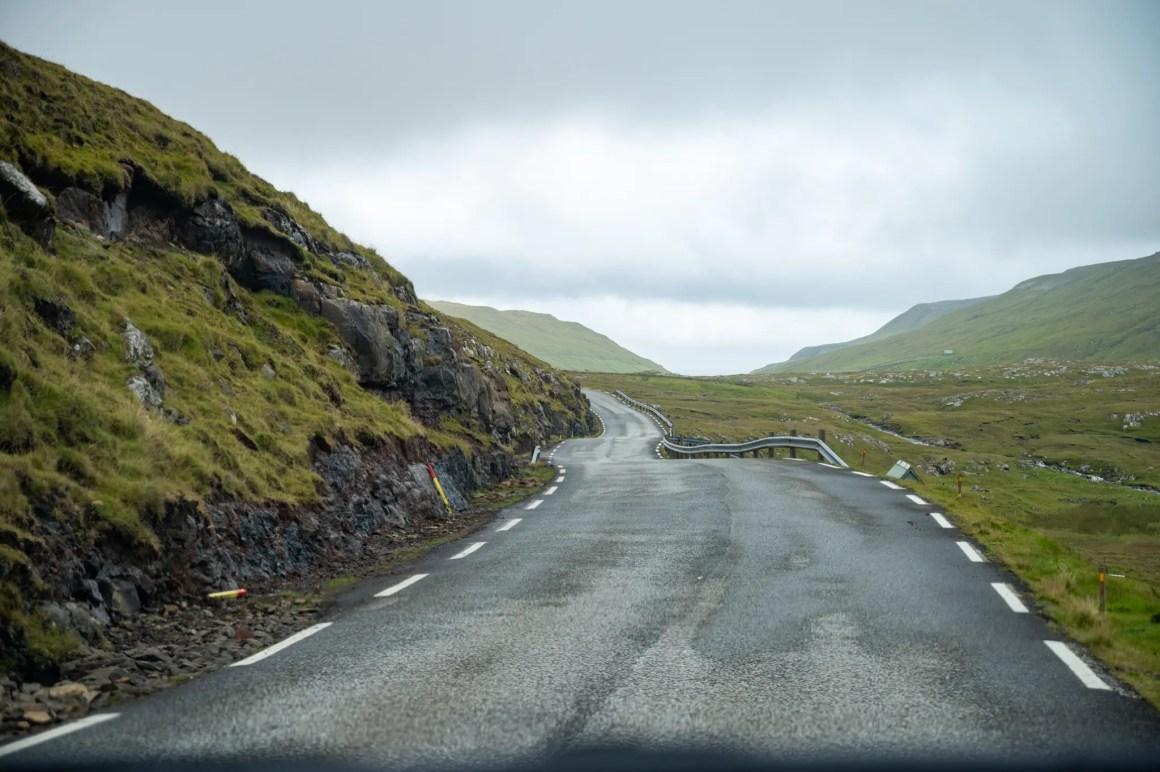 Typische weg op de Faeröer