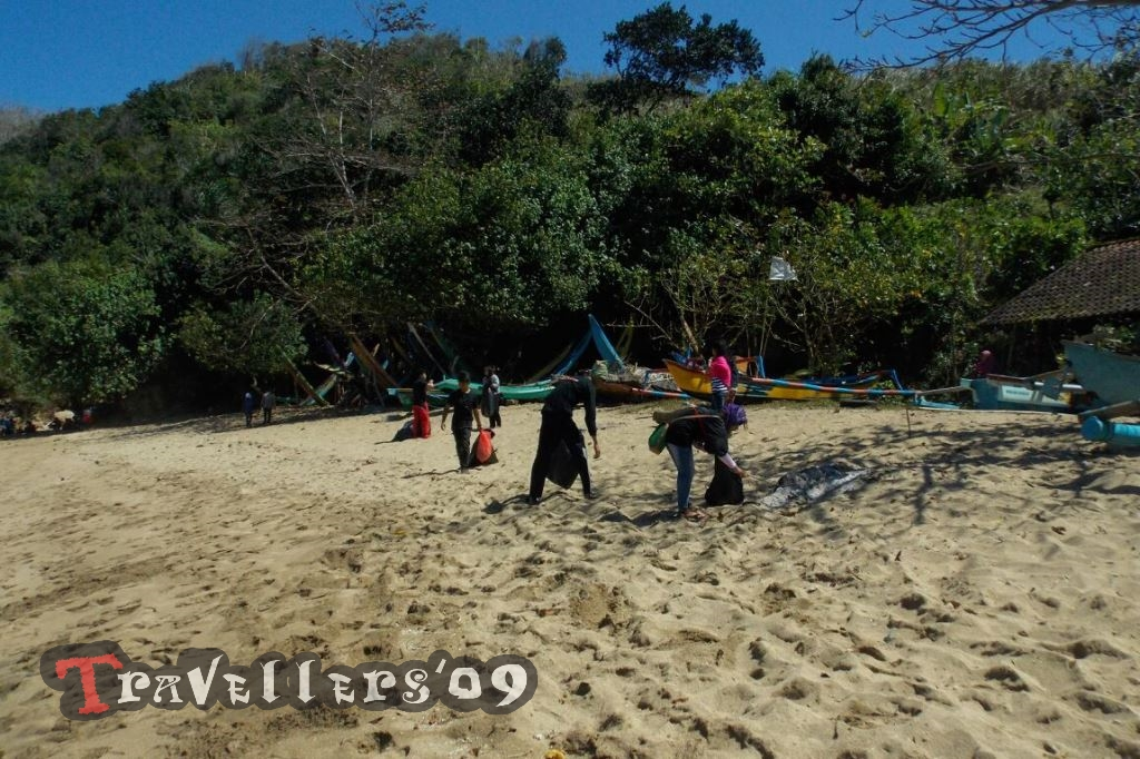 D'Travellers Bakti Wisata di Pantai Pangi Blitar 1
