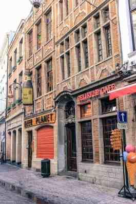 To belgiske kjendiser side om side - øl og vafler