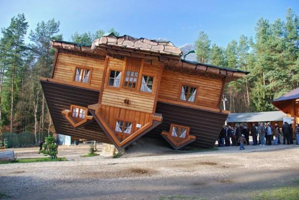 Перевернутый дом в Шимбарке, Польша