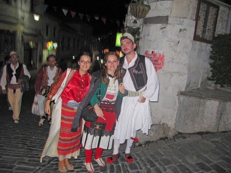 albanese mensen in klederdracht in gjirokastra