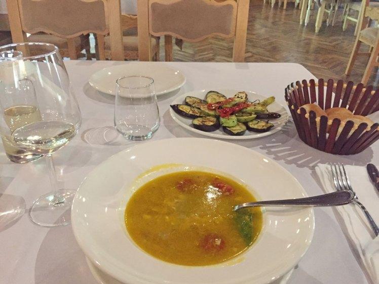 Vissoep en wijn bij Hoteli i Gjuetise.