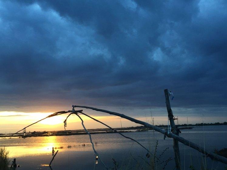 Visfuiken bij zondsondergang.