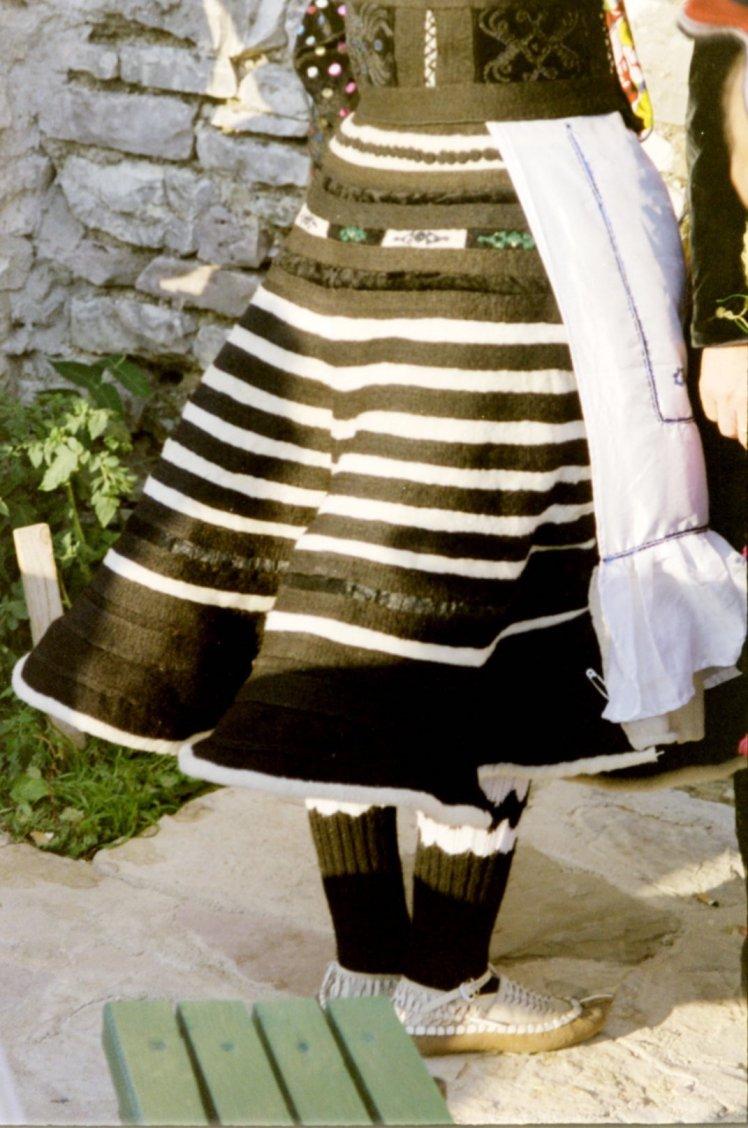 Wit-gestreepte xhubleta gedragen door een jong en ongetrouwde dame uit het noorden.